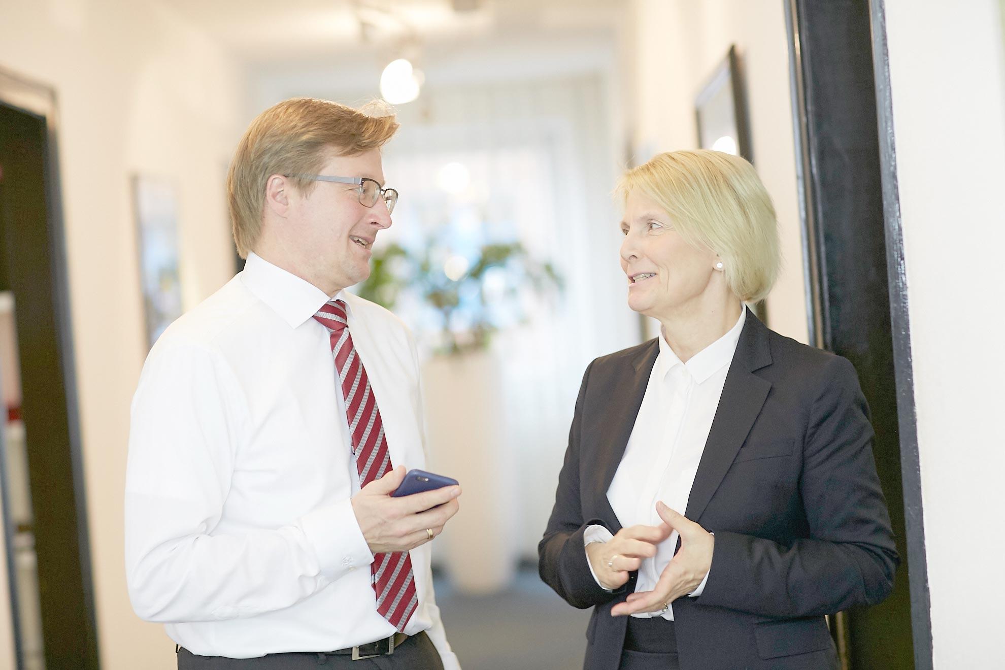 Dr. Claus Höpfner und Gabriele Ostermeier im Gespräch in der Kanzlei Geraats & Kollegen in Münster.