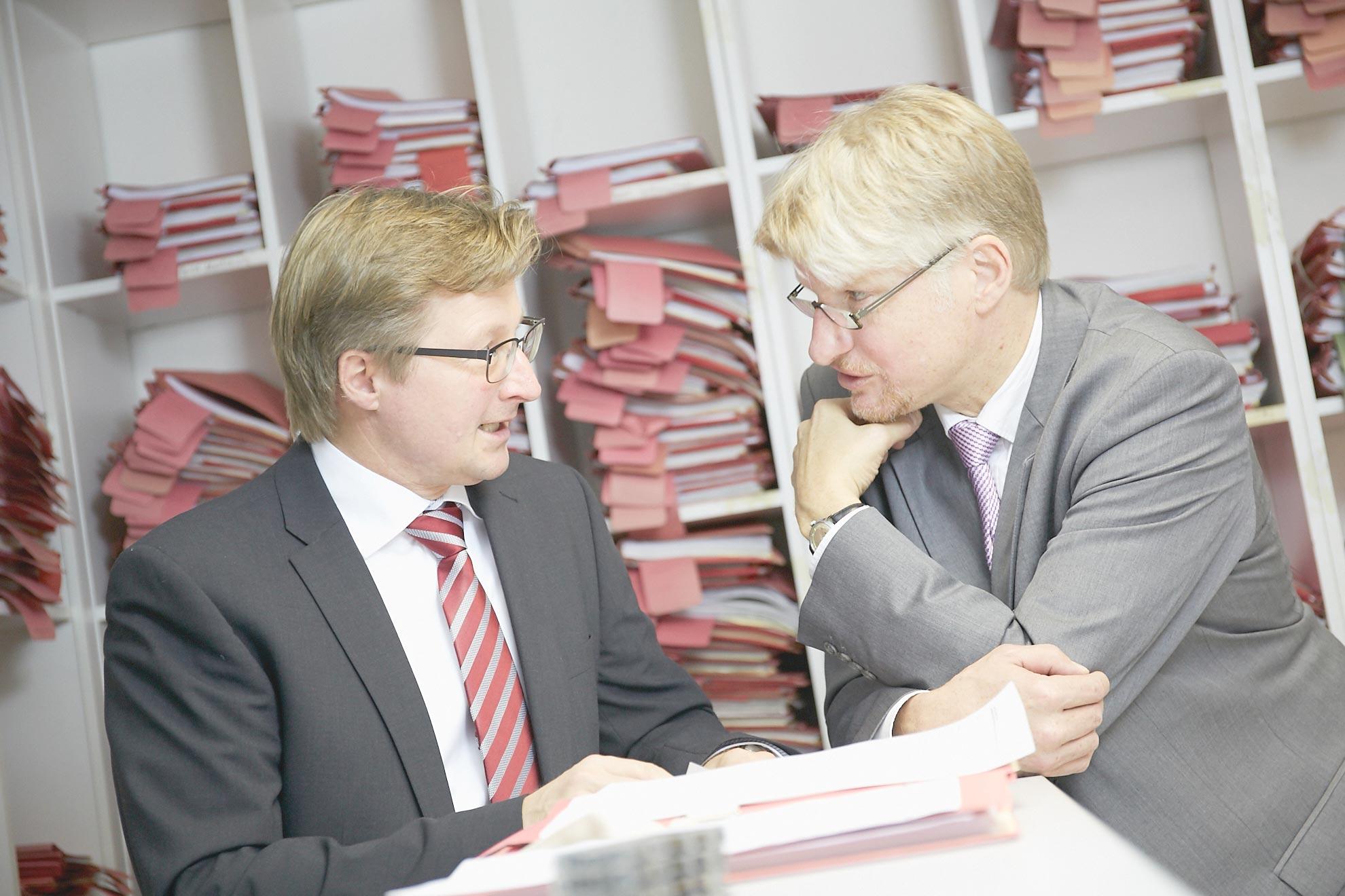 Dr. Claus Höpfner und Stefan Brakel im Gespräch in der Kanzlei Geraats & Kollegen in Münster.